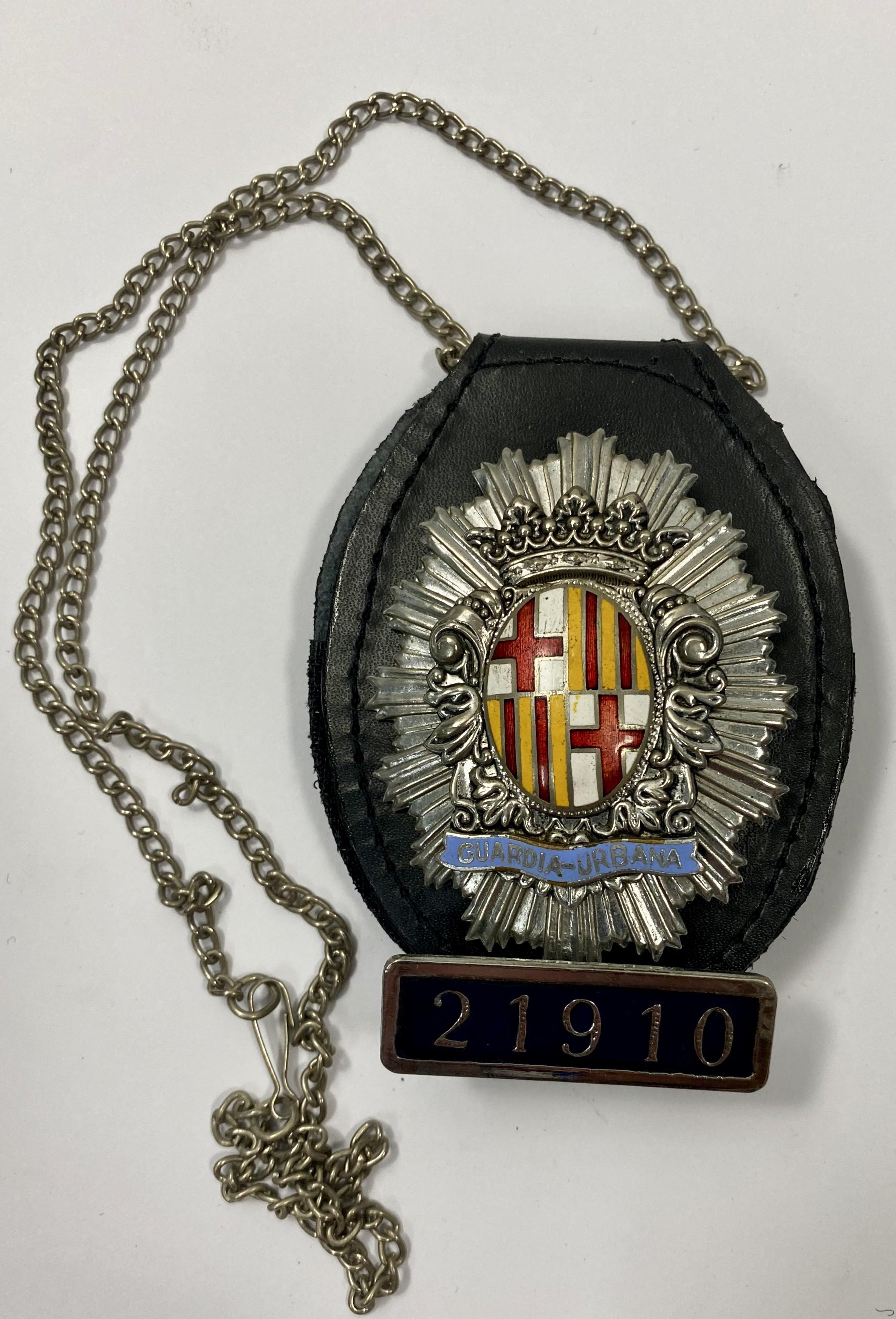 CUELLO-POLICIA GUARDIA URBANA DE BARCELONA NUMERADA 21910-POLICE BADGE